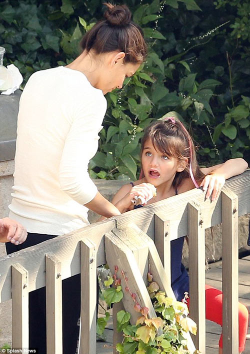 Suri theo mẹ Katie Holmes tới phim trường - 3